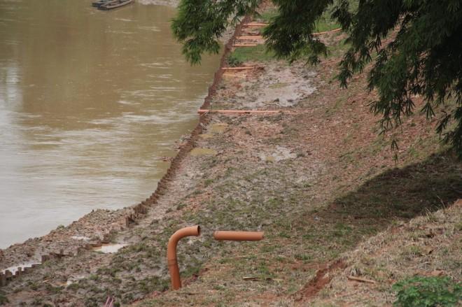 Canos de esgotos sem tratamento foram colocados para jogar dejetos no Rio - Foto: Alexandre Lima