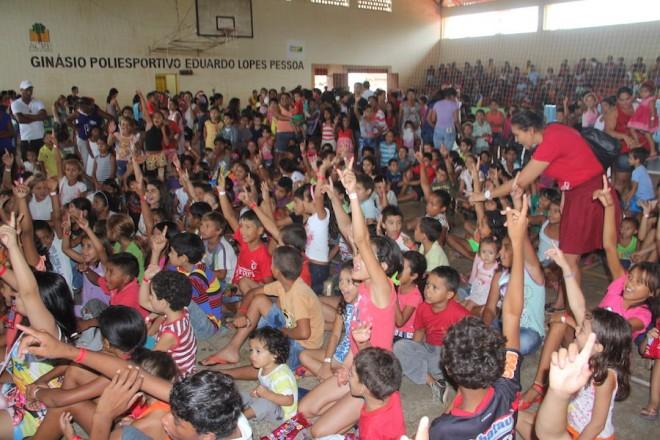 Ginásio ficou lotado de crianças que receberam presentes, comida e brincaram bastante, além de suas mães receberem sacolões - Fotos: Alexandre Lima