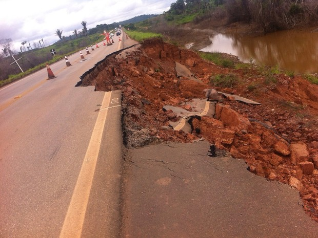 Trecho da BR-364 desmoronou e tráfego opera apenas em meia pista (Foto: Keyla Xavier/ Tv Rondônia)
