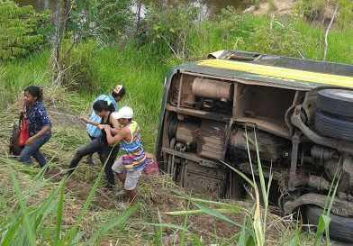 Ônibus caiu a poucos metros de um igarapé entre os municípios de Tarauacá e Feijó