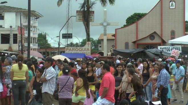 Milhares de fieis católicos participaram da tradicional procissão organizada pela Paróquia - Foto/Captura.