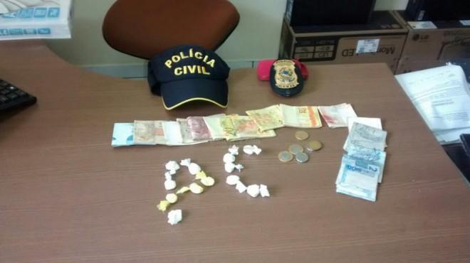 Droga e dinheiro encontrado com a dupla - Foto: Alexandre Lima