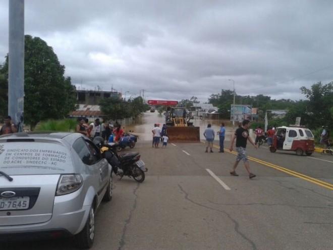 Acesso a Estrada do Pacífico está bloqueada para veículos de pequeno porte. Governo peruano está usando tratores para levar e trazer pessoas até a ponte.