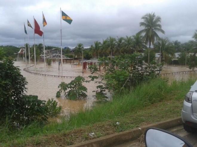 Praça de acesso ao povoado de Iñapari (Peru) foi tomada pelas águas, além de várias residências e órgãos públicos.
