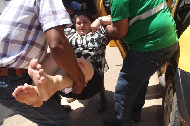 Katiusia foi socorrida por familiares e levada em carro particular ao hospital de Brasiléia - Foto: Alexandre Lima