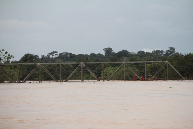 Água subiu mais d eum metro sobre a ponte que foi construída na década 1980 - Foto: Alexandre Lima