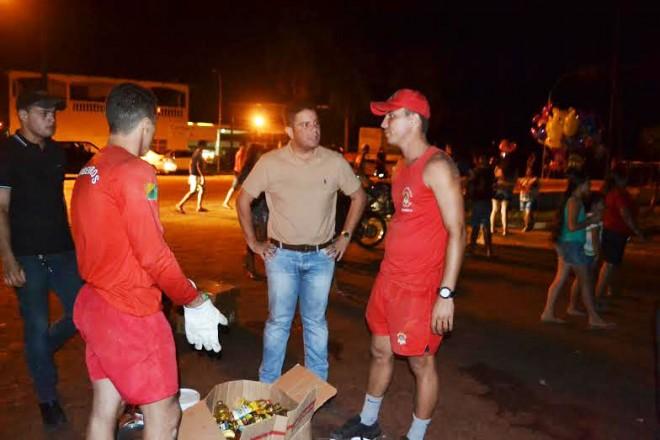 No início da noite de sábado, o senador Gladson Cameli acompanhou o trabalho de homens do Corpo de Bombeiros na retirada das famílias de áreas alagadas/Foto: Assessoria
