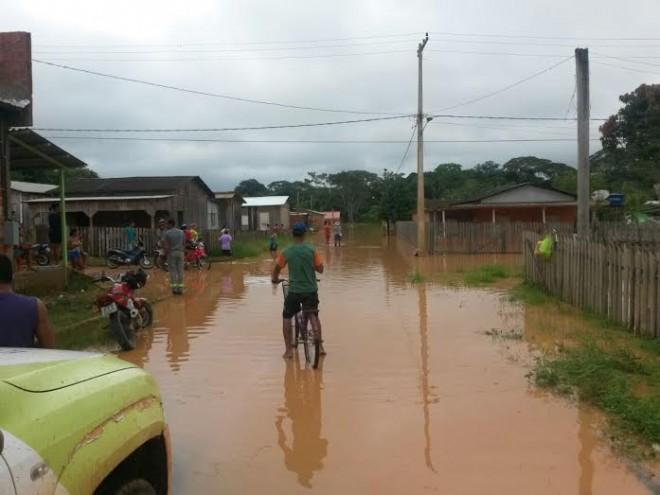 Equipe da Distribuidora vistoria área alagada no município de Assis Brasil/Foto: Assessoria