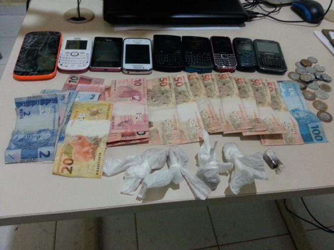 Drogas, dinheiro do tráfico e celulares foram encontrados na casa do casal que foram presos - Foto: Alexandre Lima
