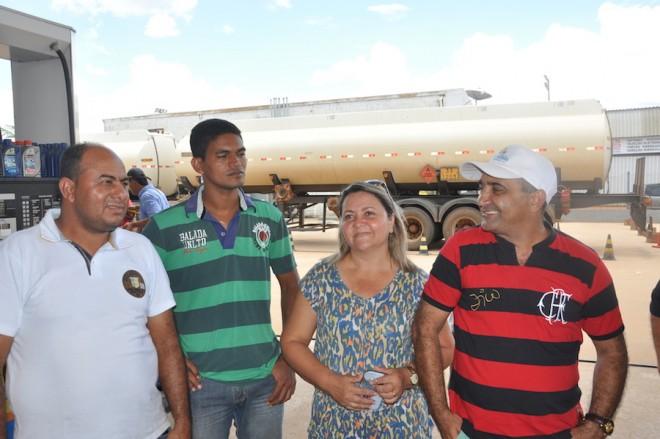 Prefeito Everaldo Gomes (d) e a primeira Dama, juntamente com o Secretário de Obras Naldo Rodrigues e o vereador Marquinho Tibúrcio, recepcionaram todos na fronteira. - Foto: Lair Sabino