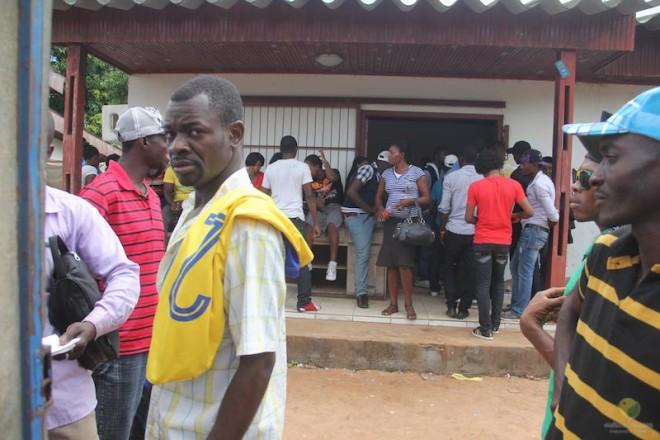 Local reservado aos imigrante na delegacia da Polícia Federal em Epitaciolândia esperam serem atendidos depois de dois dias - Foto: Alexandre Lima