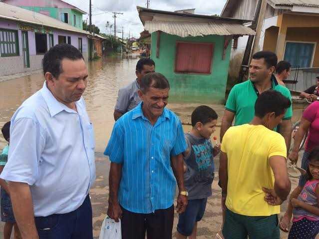 Manoel Moraes conversa com desabrigados pela cheia em Tarauacá/Foto: Assessoria