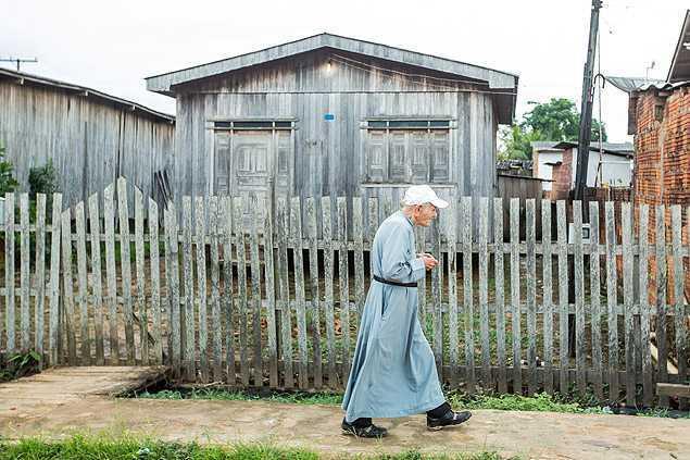 Padre Paolino caminha em Sena Madureira (AC) para conversar com fiéis