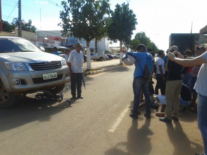 Jovem sofreu escoriação pelo corpo após ser surpreendido pelo veículo na conversão - Foto: cedida