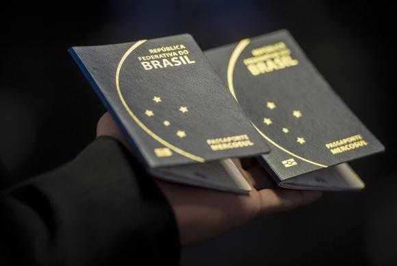 O novo passaporte comum eletrônico brasileiro passou a ser emitido na última segunda-feira (6) pela Polícia Federal e Casa da Moeda, e terá prazo de validade de 10 anos Marcelo Camargo/Agência Brasil
