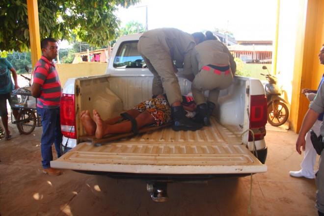 Chegada do jovem encima da carroceria da pick-up da Polícia Militar no hospital de Brasiléia - Foto: Alexandre Lima