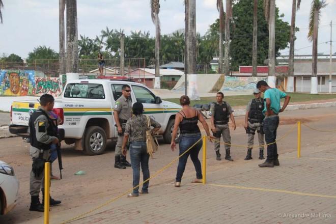 Momento em que três foram detidos pelos policiais no centro Brasiléia.