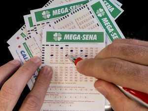 Mega-Sena pode pagar R$ 39 milhões (Foto: Rafael Neddermeyer/ Fotos Públicas) Ninguém acertou as seis dezenas do sorteio do concurso 1.756 da Mega-Sena, realizado neste sábado (31). O sorteio ocorreu cidade de Ubatuba (SP). O prêmio estimado para o próximo sorteio, no dia 4 de novembro, é de R$ 39 milhões. Veja os números sorteados: 06 - 13 - 14 - 28 - 35 - 45. A quina teve 134 apostas ganhadoras, que irão levar R$ 26.039,14 cada uma. Outros