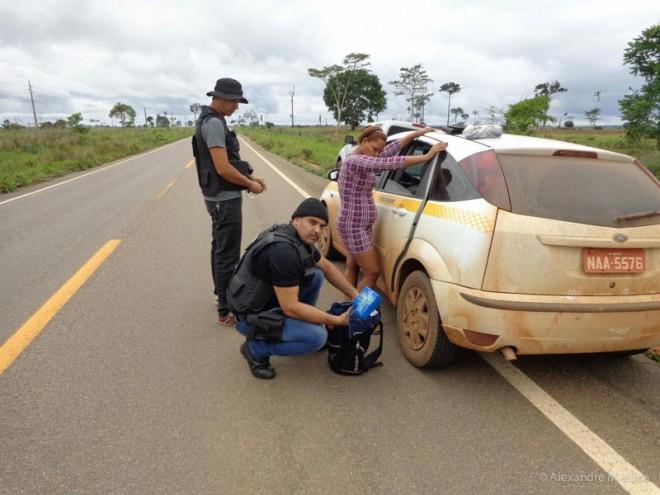 Momento da abordagem ao táxi e vistoria na bagagem dos passageiros e localização da droga.