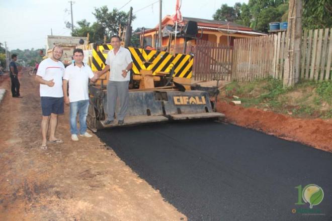 Moradores e vereadores festejaram a chegada do asfalto na Rua Pará.