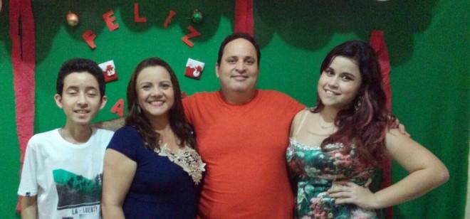 Sergio Tuma, um dos sócios da DMS Filhos, idealizadores do Brasiléia Palace Hotel, ladeado pela sua esposa Shirley e filhos Leonardo e Vitória - Foto/arquivo pessoal