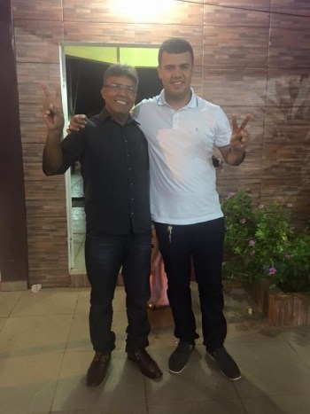 Com seu pai, o deputado estadual Antonio Pedro, que vem se destacando na Assembleia Legislativa do Acre entre os cinco mais atuante em 2015 - Foto: Arquivo pessoal