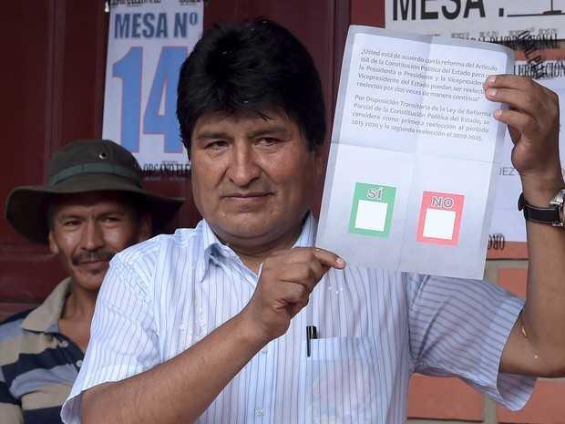 O presidente da Bolívia, Evo Morales, vota em referendo que vai decidir se ele poderá concorrer a mais um mandato (Foto: Danilo Balderrama/Reuters)