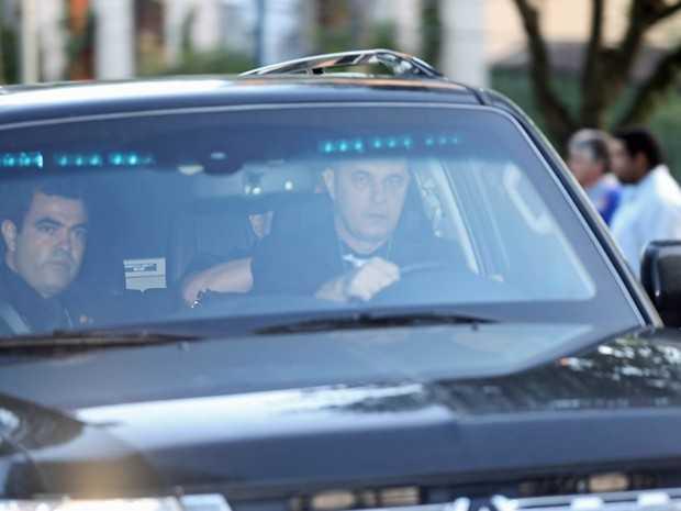O ex-presidente Lula é levado no banco de trás de um carro da Polícia Federal saindo de São Bernardo do Campo (SP) (Foto: Zanone Fraissat/Folhapress)