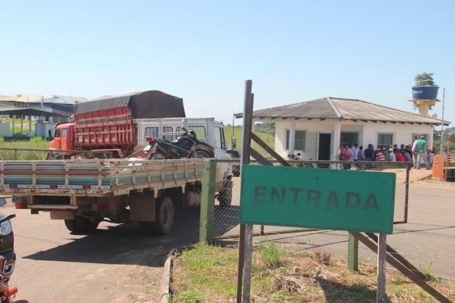 Produtores impedriam a saída de carretas com cargas de milhos do silo até acordo - Foto: Alexandre Lima
