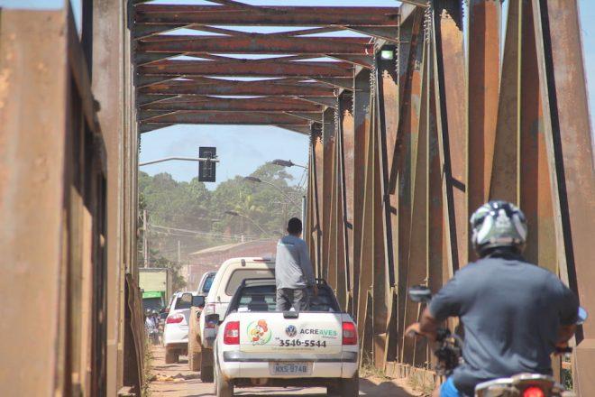 Ferro solto está oferecendo perigo aos motoristas e transeuntes - Foto: Alexandre Lima