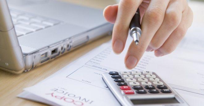 midia-indoor-conta-dinheiro-negocio-renda-economia-orcamento-calculo-calculadora-calcular-imposto-despesa-laptop-pagamento-financa-mercado-1269474455449_956x500