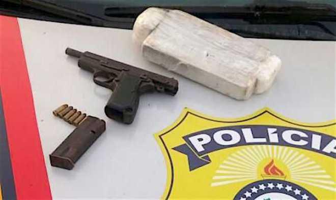 Droga e a arma apreendida com a jovem rumo à capital acreana - Foto/Divulgação