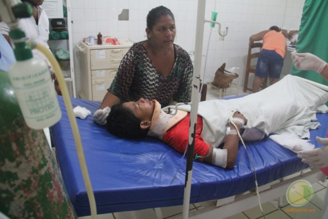 A mãe ficou indignada, juntamente com parentes e o padrasto pela falta de remédios, do operador do raio-x e da demora da ambulância no hospital de Brasiléia.