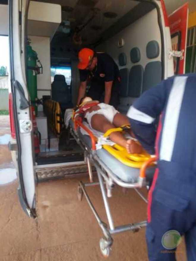 Momento do embarque do jovem na ambulância do município de Capixaba.