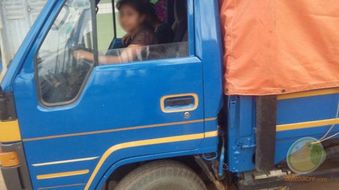 Caminhão flagrado com produtos que seriam vendidos pelas ruas.
