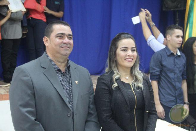 Carlinho do Pelado, o vice, e a prefeita Fernanda Hassem, durante ato de diplomação nesta terça, dia 13 - Foto: Alexandre Lima