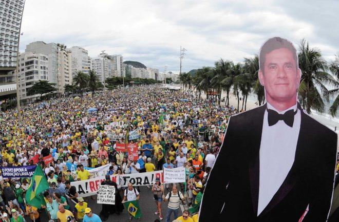 Pôster do juiz Sérgio Moro foi colocado no carro de som que acompanha a multidão em Copacabana (Foto: Alexandre Durão)