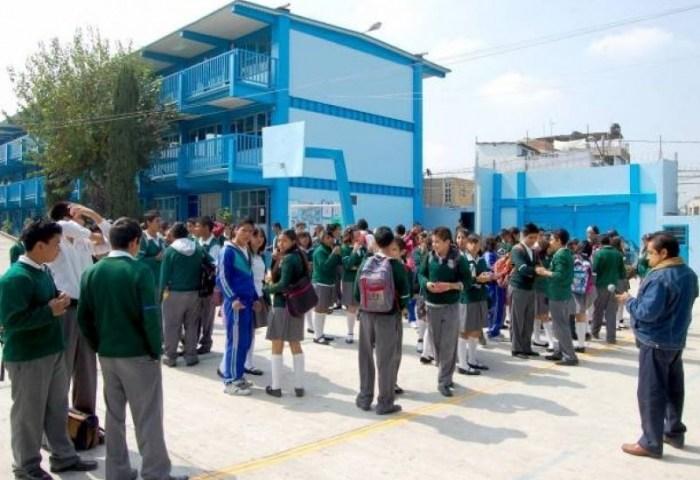 México es el país de la OCDE que menos gasta por estudiante y más en pagar maestros