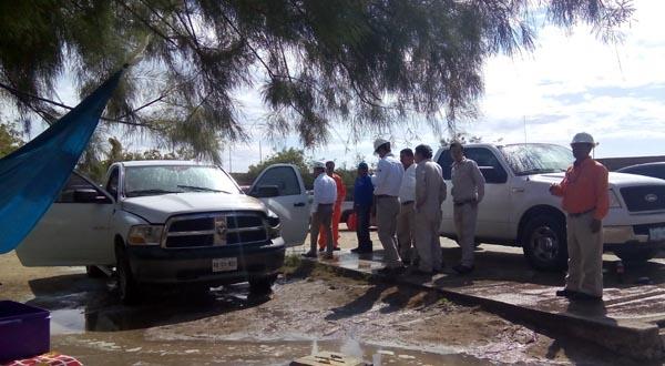 Se incendia camioneta en el estacionamiento de la Terminal Marítima de Pemex.