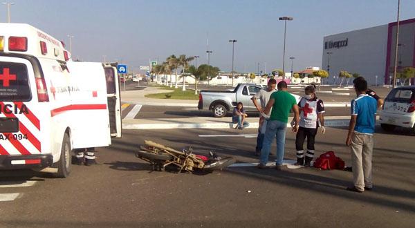 Cafre taxista atropella a motociclista sobre carretera
