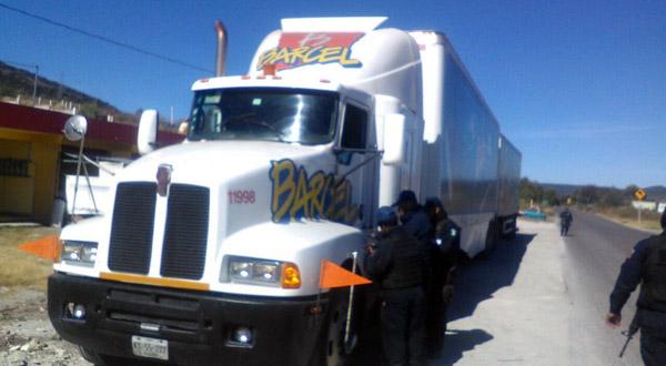 Policías rescatan tráiler robado por presuntos normalistas en la Mixteca