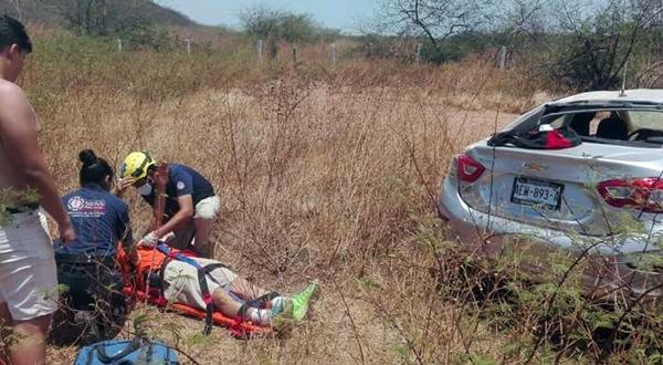 Vuelca automóvil y resultan lesionados