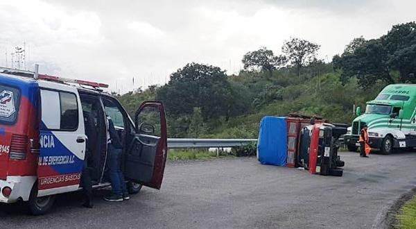 Vuelca camioneta cargada de macetas