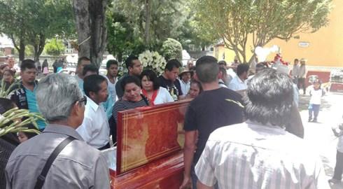 Bajo demanda de justicia, FIOB despide a líder en Juxtlahuaca