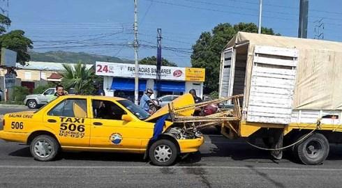 Taxista choca por ir hablando por celular