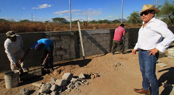 Supervisa Rodolfo León Aragón trabajos de construcción en nuevo panteón