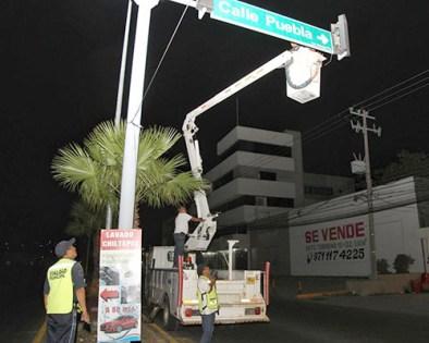 Dan mantenimiento a los semáforos