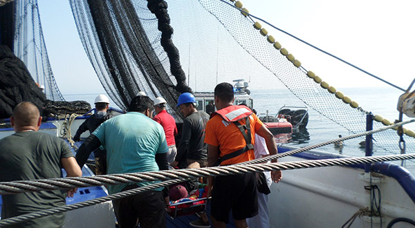 Personal naval auxilia a pescador en altamar