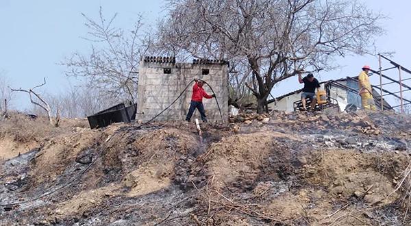 Incendio de pastizales destruye vivienda
