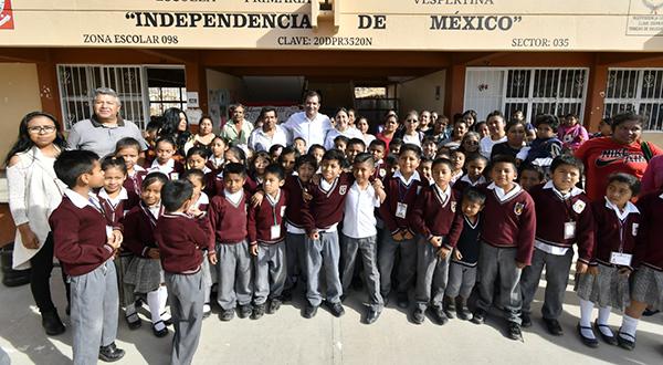Visita Oswaldo García escuela primaria de Trinidad de Viguera